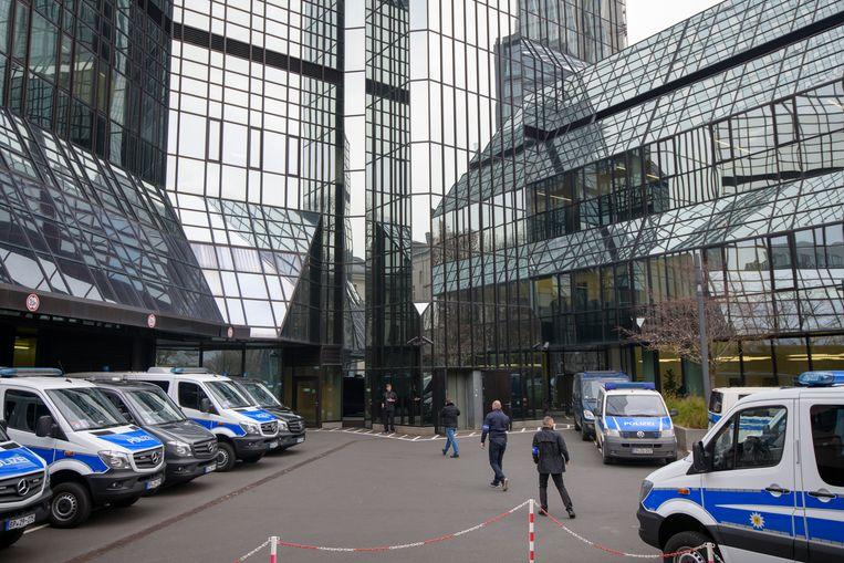 Inval politieagenten bij het hoofdkantoor van Deutsche Bank in Frankfurt.  Beeld Getty Images