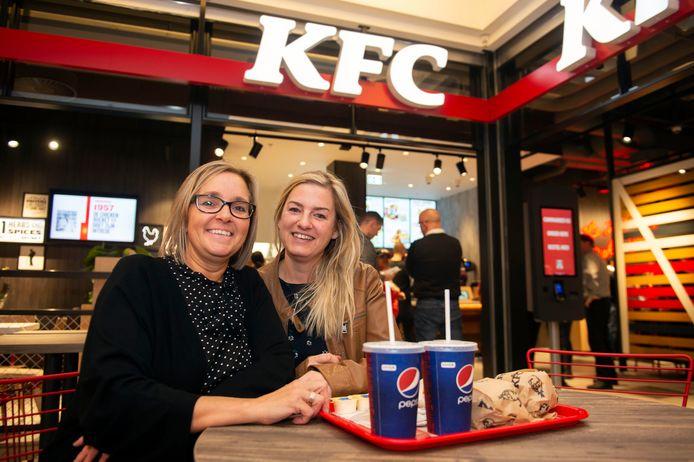 """Patricia en Debby waren een van de eerste klanten. Voor Patricia was het haar eerste ervaring met KFC. """"Ik ben overtuigd!"""" klonk het achteraf."""