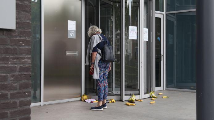 Voor de ingang liggen vele bananen.