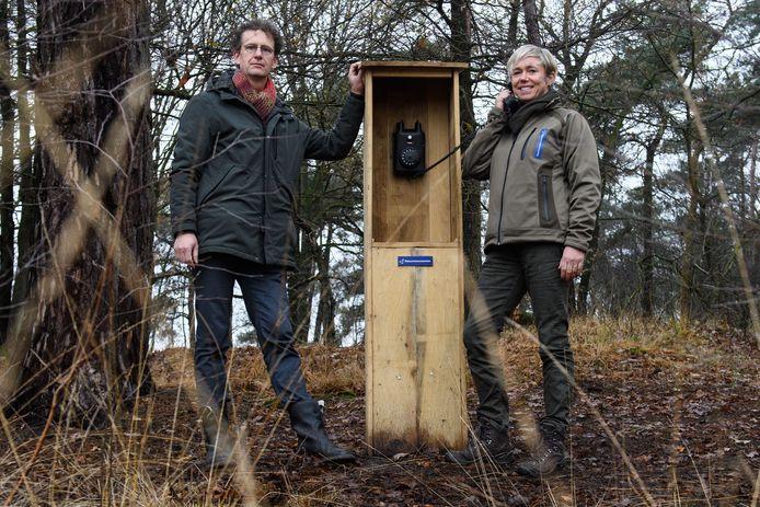 Uitvaartverzorger Joop Weeink en boswachter Ellen van den Berg bij de windtelefoon aan de Steenhaarweg. Een plek waar voorbijgangers per telefoon een boodschap met de wind mee kunnen sturen naar (overleden) dierbaren.