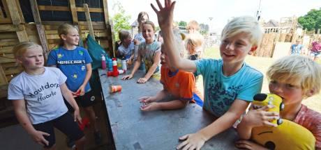 Kinderen timmeren in Haarlo een complete kermis in elkaar: 'Het houtdorp? Dat is echt superleuk!'