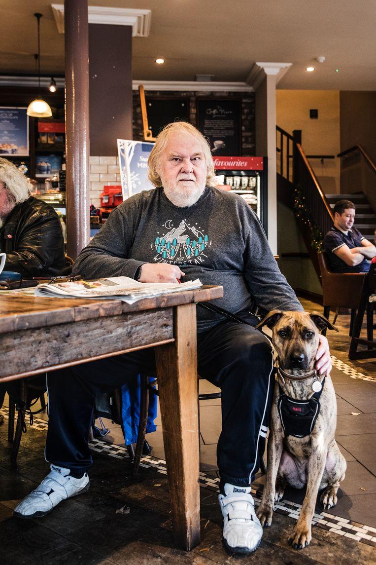 Roy Salt (70) met de hond van zijn zoon in een café in Newcastle-under-Lyme. Beeld Aurélie Geurts