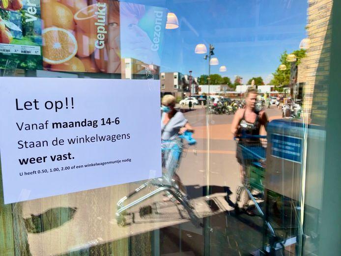 Een Albert Heijn in Nieuwegein attendeert de klanten erop dat ze weer een geldstuk of winkelwagenmuntje in de karretjes moeten steken.