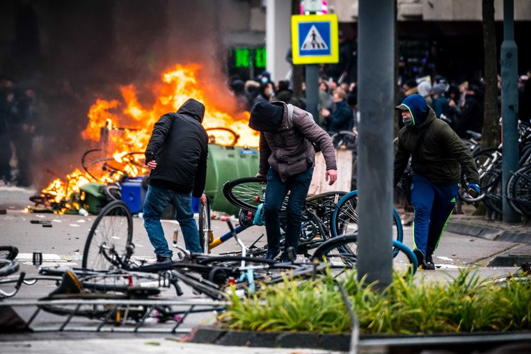 Demonstranten worden de Mobiele Eenheid van het 18 Septemberplein in Eindhoven verwijderd. Beeld ANP