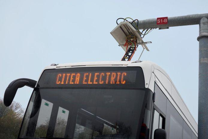 Een bus van de eerste generatie VDL Citea Electric, voorzien van een stroomafnemer aan de bovenzijde.