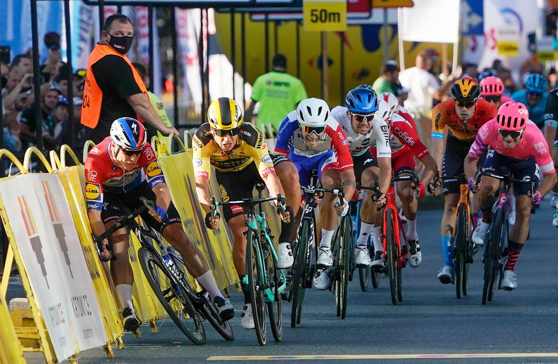 Fabio Jakobsen (links) en Dylan Groenewegen (in het geel) bij hun desastreuze val. Beeld AP