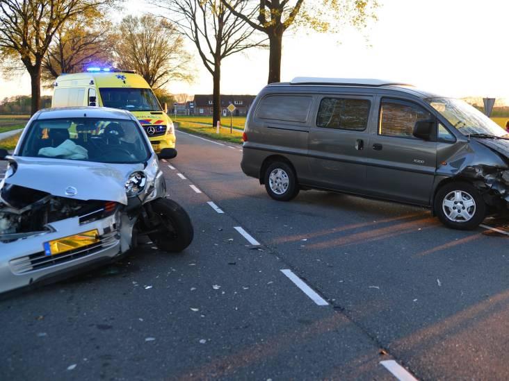 Bestuurder gewond bij botsing bij Deurne, flinke schade aan auto en busje