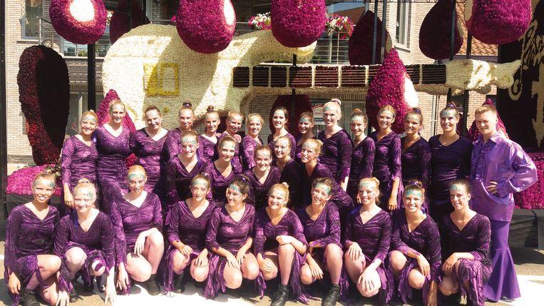 De leden van danscenter Clapaja op de Bloemencorso in Blankenberge.