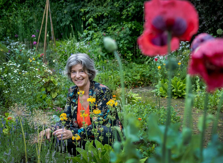 Anna Koster in haar tuin in Avenhorn.