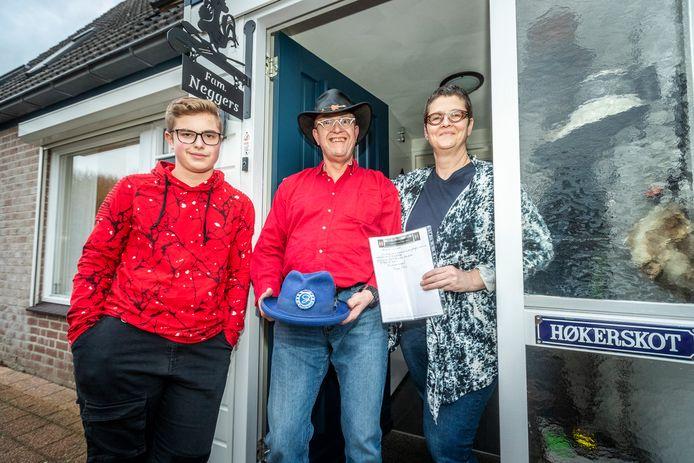 Gijs Neggers, Theo Neggers en Tonnie Neggers uit Veldhoven zijn fan van Normaal. Ze hebben een authentieke hoed met certificaat van Bennie Jolink kunnen bemachtigen.