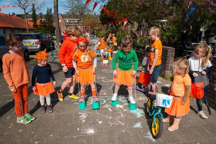 Bewoners en kinderen van de Ophoviuslaan in hebben hun eigen Koningsdag georganiseerd met 'ouderwetse' spelletjes.