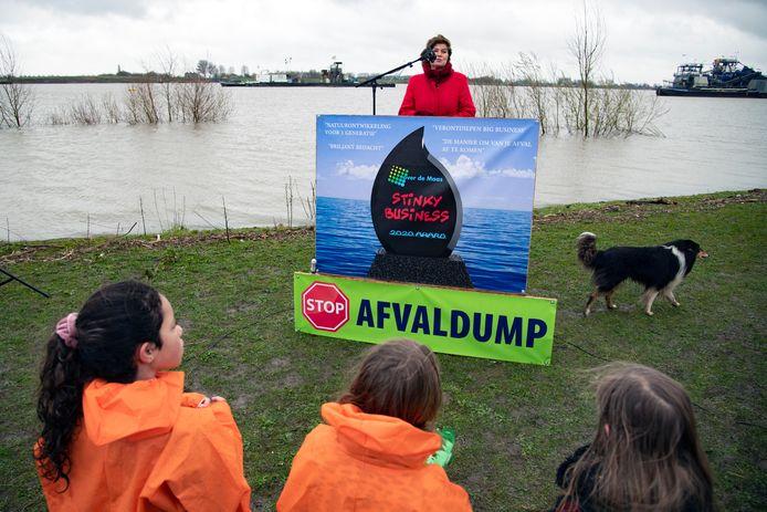 Ans Mol bij een protest tegen stort van granuliet in Over de Maas in 2020.