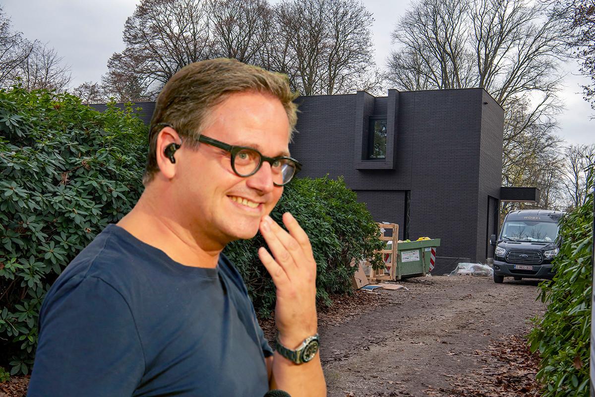 Het huis van Guus wordt gekscherend een crematorium genoemd.