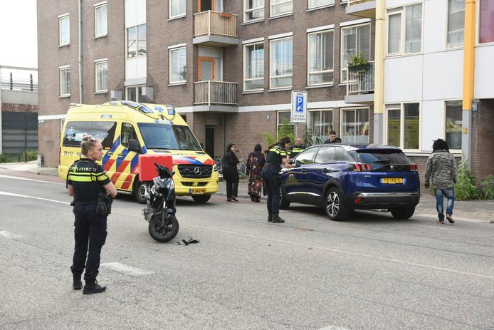 Een maaltijdbezorger is gewond geraakt bij een aanrijding op de Bleekstraat in Utrecht.