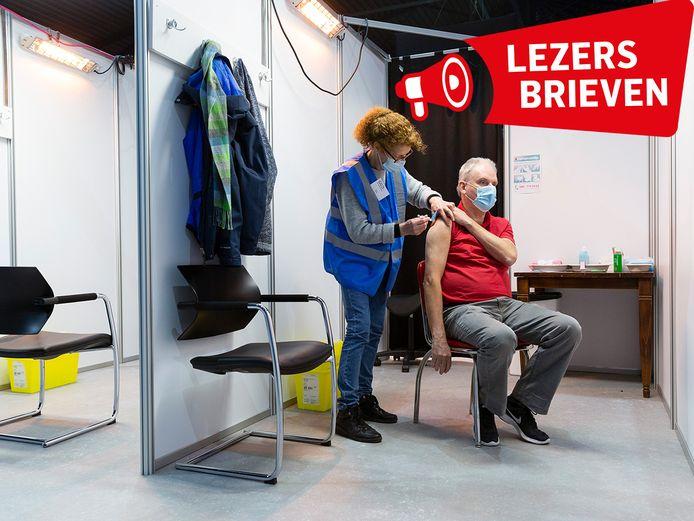 Karel Gijsbertsen krijgt zijn prik.