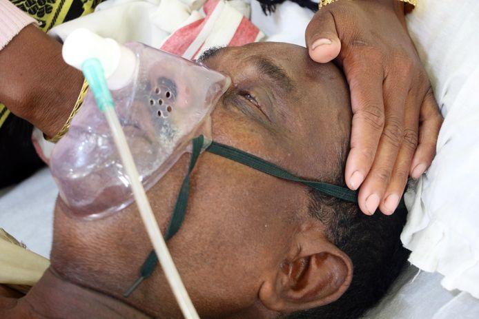 Een slachtoffer wordt behandeld in een ziekenhuis in Jorhat, India.