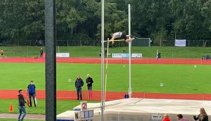 Owen Beuckens baarde opzien met een polsstokhoogsprong van 4,80 meter.