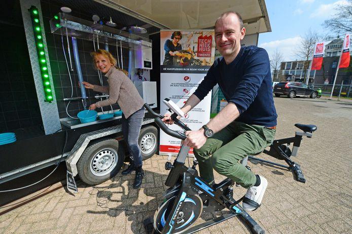 Joke Bults van Pioneering en Tim Post van Concordia voor de Rijdende Badkamer.
