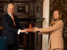 Oranjevaasjes overhandigd aan jarige koningin Máxima