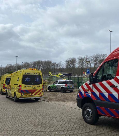 Traumaheli landt op voetbalveld tijdens wedstrijd voor  een wielrenner die onwel werd in Velp