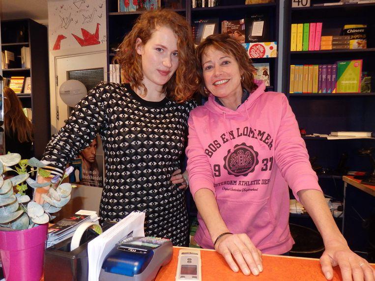 Journalist en parttimehulp Hedwig Wiebes (l) en Monique Burger van De Nieuwe Boekhandel. Beeld -
