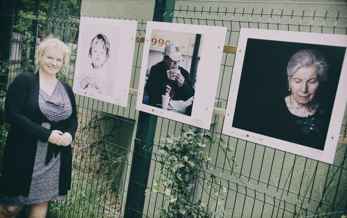 Kristel Nijskens bij enkele van haar portretten.