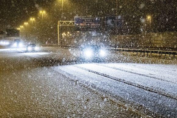 Sneeuwbuien kleurden de wegen vanochtend kortstondig wit