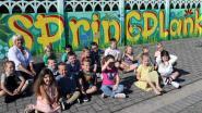 Kunstenares neemt grijze muur De Springplank onder handen en maakt er een kleurrijke boel van