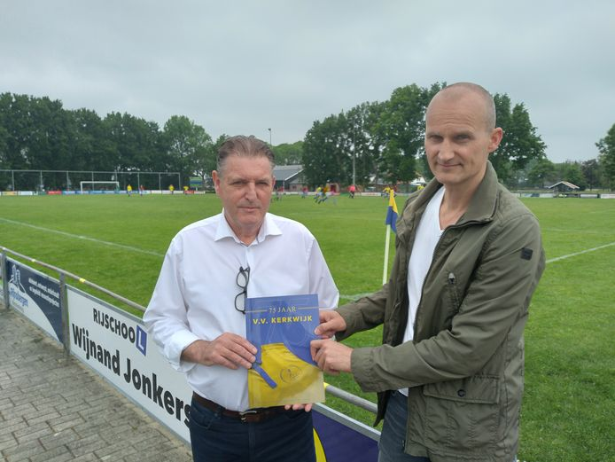 Voorzitter Johan Oomen en Arjo Keijnemans, speler in de succesperiode van Kerkwijk, met het jubileumblad ter ere van het 75-jarig bestaan.