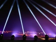Tientallen lichtbundels in Tilburgse hemel: eerbetoon boven het ziekenhuis en zorgcentra