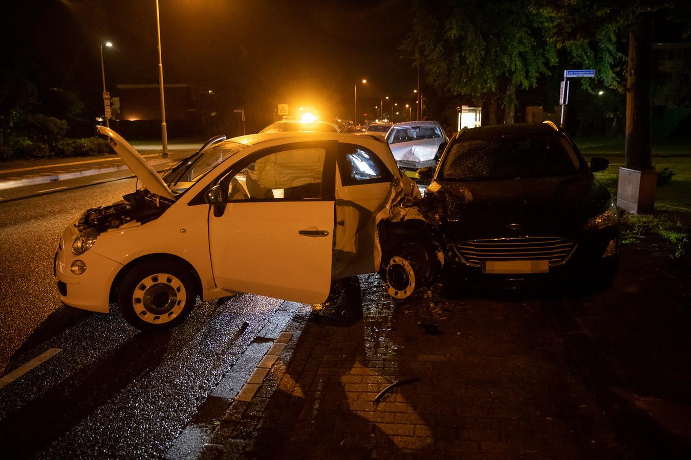 Op de Jan Vermeerlaan in Roosendaal is zaterdagnacht een auto gebotst tegen een geparkeerde auto.