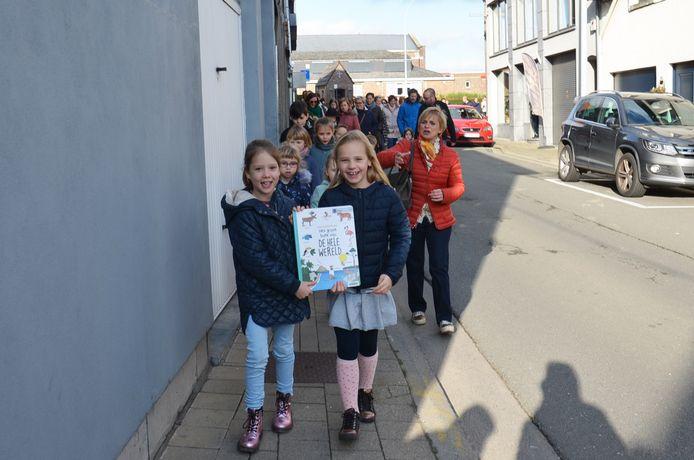Het laatste boek wordt overgebracht van de oude bib naar het nieuwe bibfiliaal in Denderhoutem.