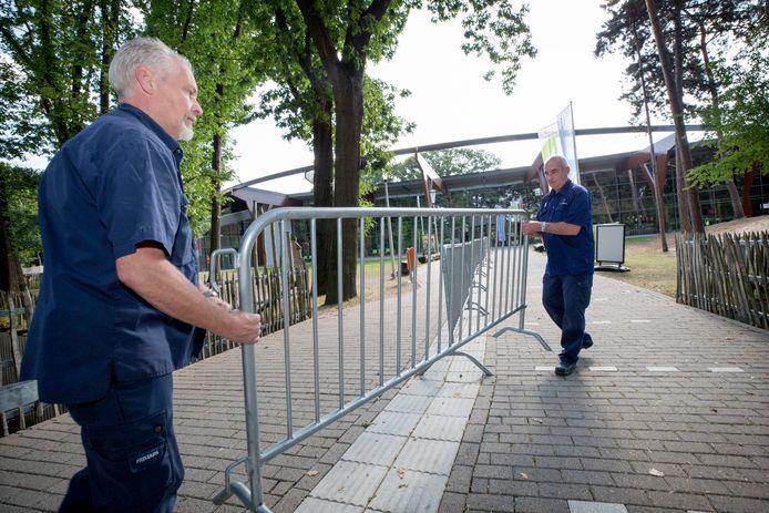 De hekken bij zwembad de Warande worden weggehaald nu de coronamaatregelen versoepeld worden.