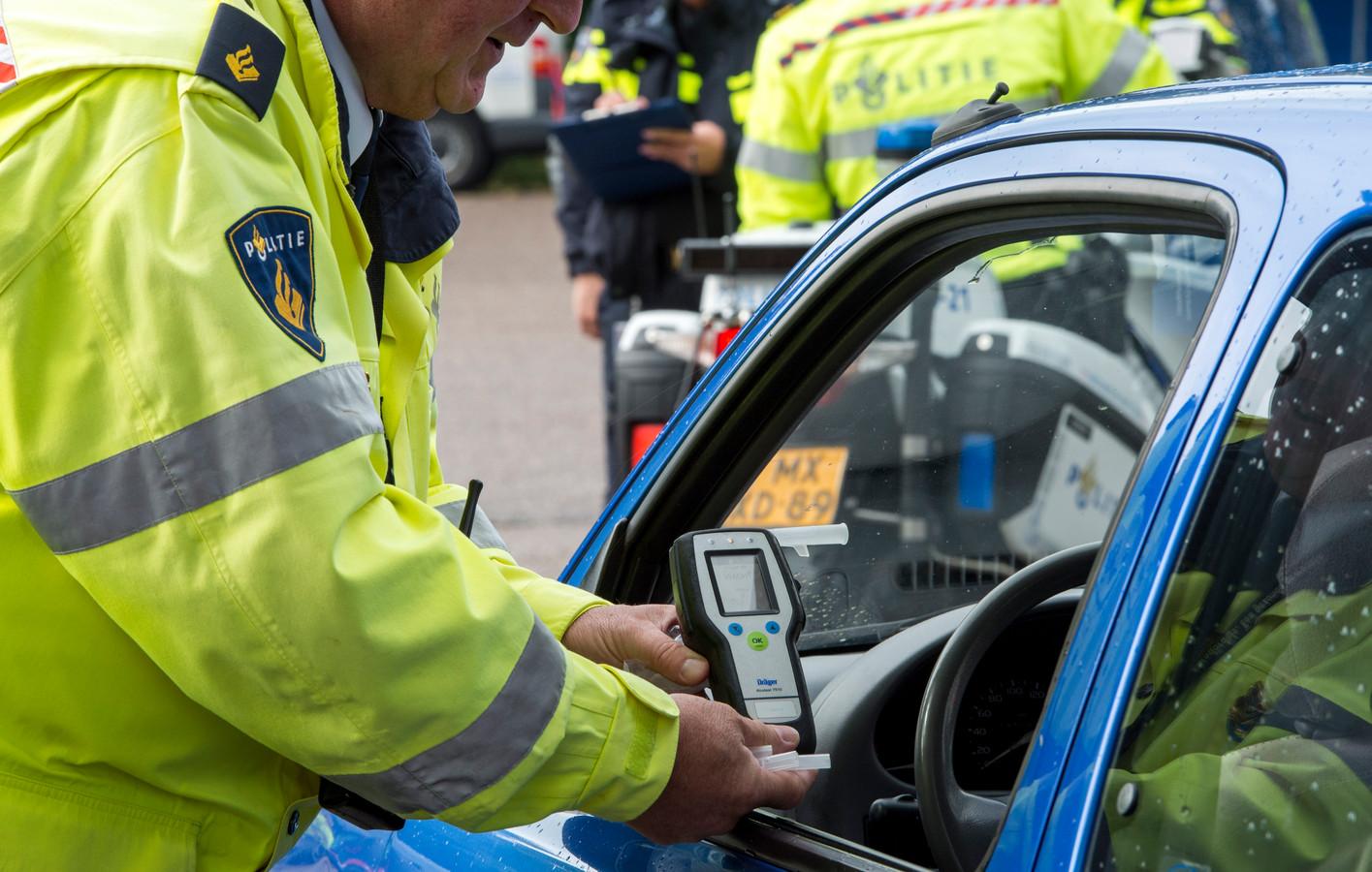 Een politieagent neemt een blaastest af, foto ter illustratie.