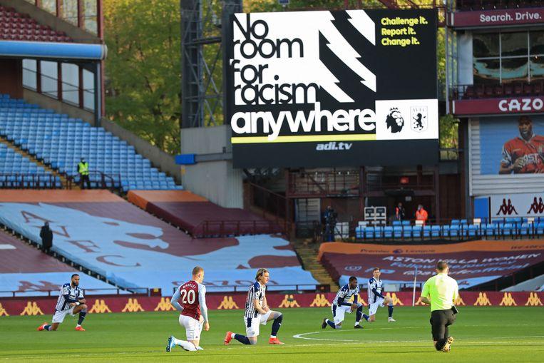 Spelers van Aston Villa en West Bromwich Albion knielen uit protest tegen racisme voor hun wedstrijd in Birmingham. Beeld AFP