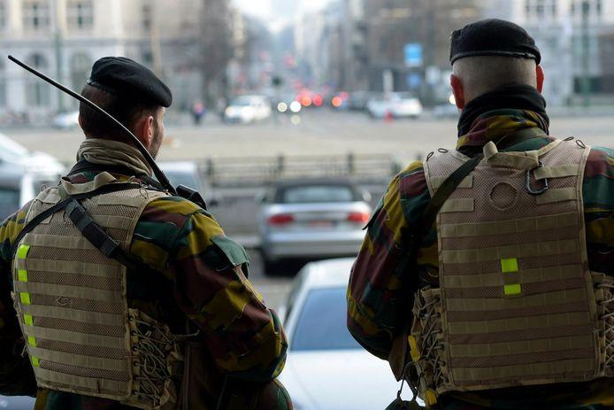 Soldaten op straat in Brussel. Archiefbeeld.