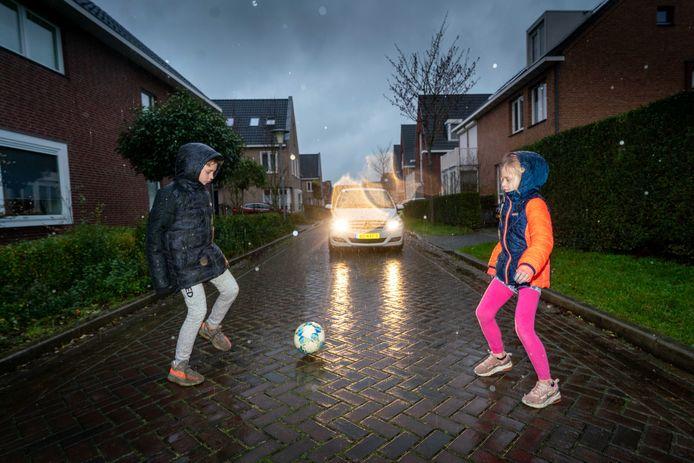 De Aurelius in Elst kent veel te hard rijdend sluipverkeer. Volgende maand worden, in overleg met aanwonenden, na jaren wachten verkeersmaatregelen genomen.
