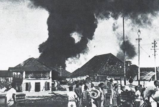 Volkswoede in Soerabaja: Indonesiërs steken huizen in brand