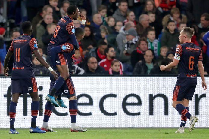 Darren Maatsen juicht na zijn 0-2 tegen Feyenoord. RKC Waalwijk zou de wedstrijd uiteindelijk in de slotfase met 3-2 verliezen, maar van paniek is in Brabant geen sprake.