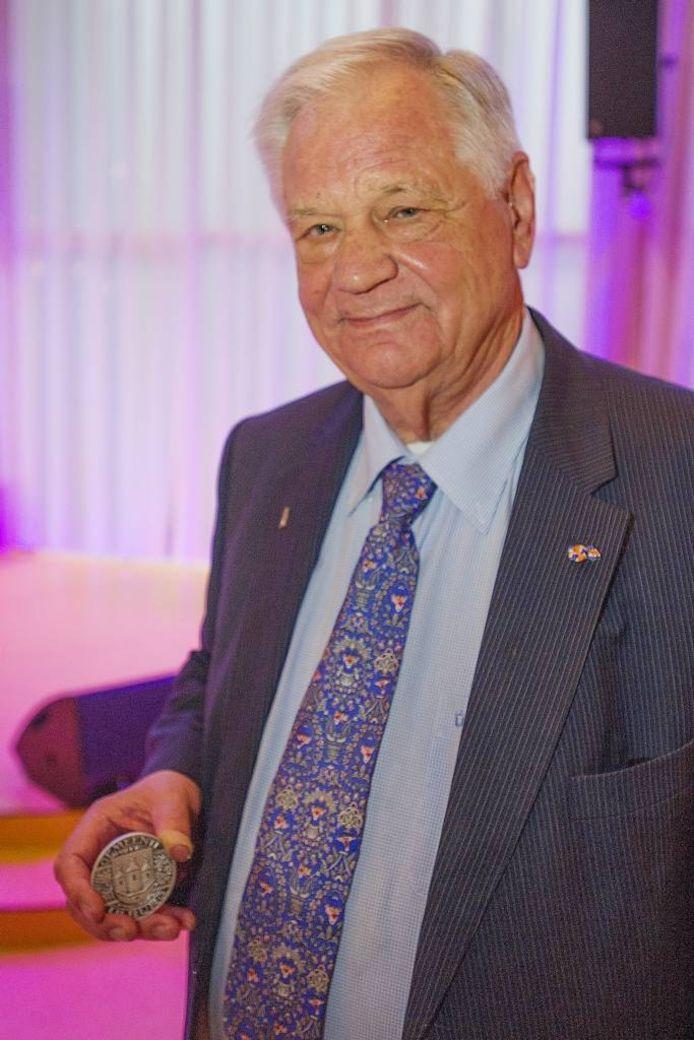 Jacques de Leeuw met de zilveren erepenning van de gemeente Tilburg.