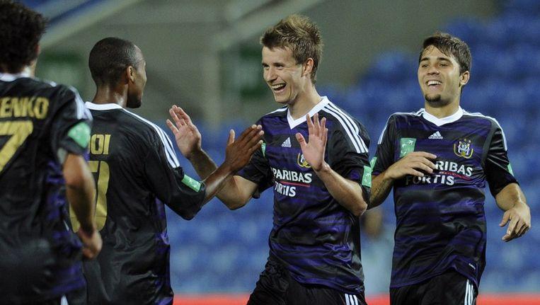 Lucas Marecek (3de van links) wordt gefeliciteerd na zijn doelpunt tegen PSG. Beeld AFP