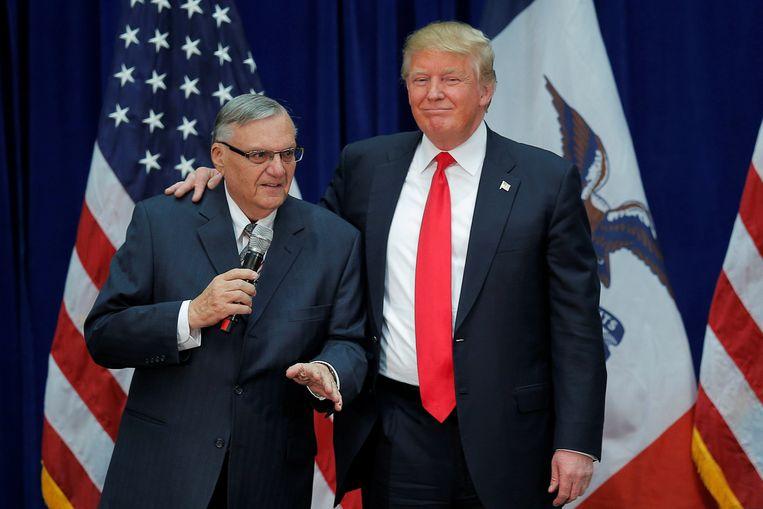 Toenmalig presidentskandidaat Donald Trump (rechts) en sheriff Joe Arpaio (links) tijdens een campagnebijeenkomst in januari vorig jaar. Beeld REUTERS