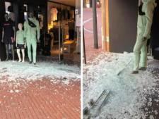 Ruiten ingeslagen bij kledingwinkel Crivaldi in Oosterhout: veel kleding weg