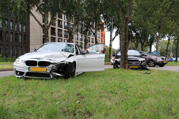 Twee auto's zijn vanmiddag op elkaar gebotst op de Van Leeuwenhoeklaan in Zoetermeer.