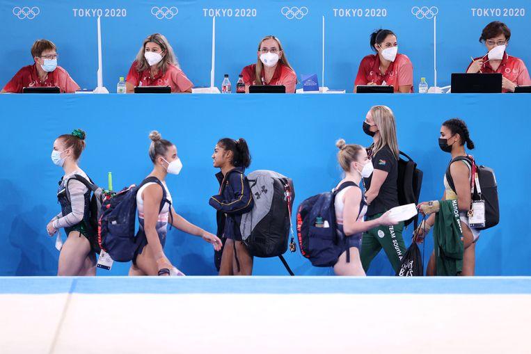Juryleden en turnsters tijdens de training in Tokio.  Beeld Getty Images