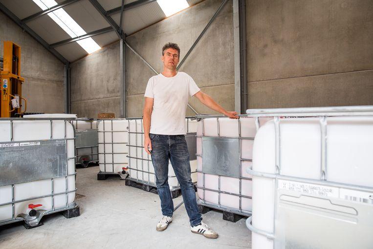 Jurgen Heytens vult een massa plastic containers voor Congo. Daarna dienen ze als regenton.