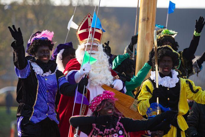 Aankomst Sinterklaas met zijn Zwarte Pieten in Emmeloord in 2018. De Sint meerde aan bij  de Zuiderkade met de boot.