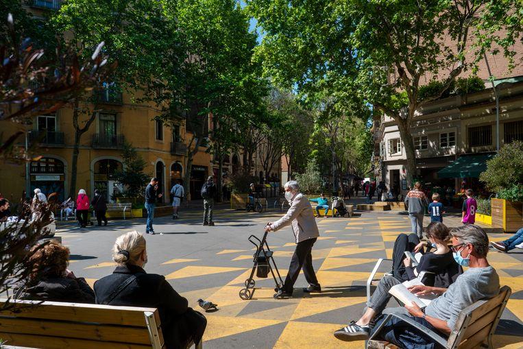Ook in  de wijk Sant Antoni in Barcelona zijn pleintjes autovrij gemaakt waardoor buurtbewoners te voet ruim baan hebben gekregen.  Beeld Carmen Secanella