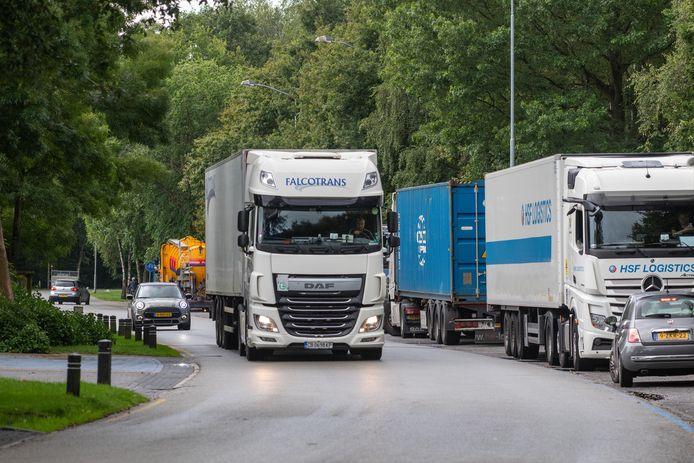 Vrachtverkeer op bedrijventerrein Kerkdennen in Ermelo. De gemeente denkt na over manieren om vrachtauto's zoveel mogelijk te weren uit het dorp.