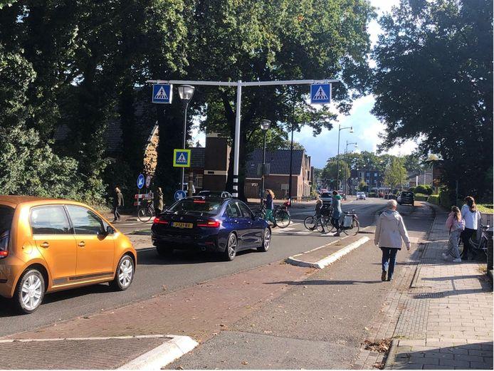 De zichtbaarheid van het zebrapad op de Eperweg in 't Harde is verbeterd door verkeersborden en lichtbakken.